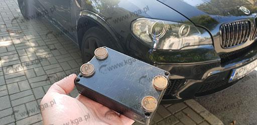 Lokalizator ukryty pod autem na magnesy.